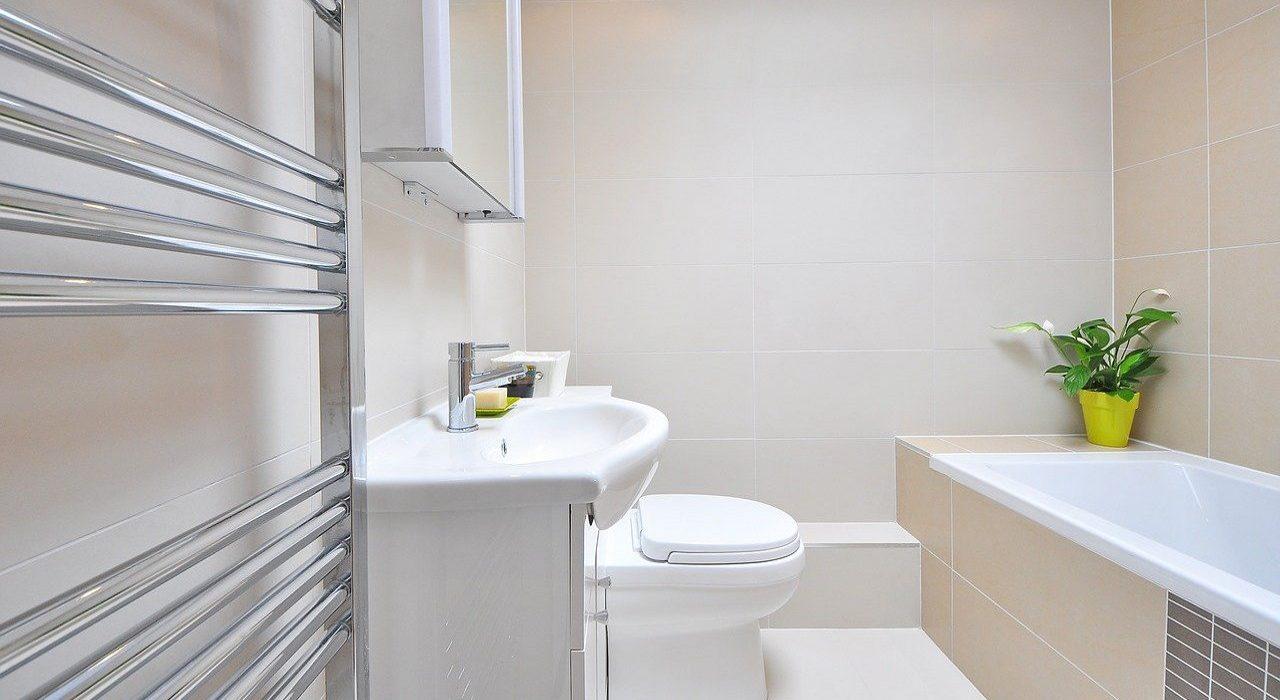 W jasnych barwach – 3 odcienie łazienki