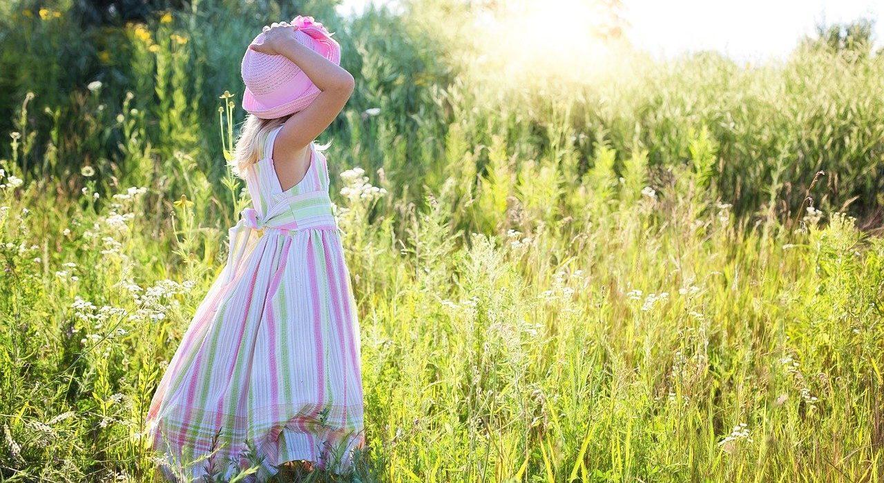 Trendy w modzie dziecięcej na wiosnę 2021 – sprawdź, co kupić swojemu dziecku, żeby było modnie i praktycznie