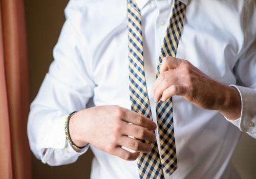 Koszule męskie 2021 – jak wybrać dobrą koszulę męską w zależności od okazji?